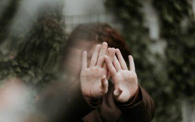 Sex bez souhlasu je znásilnění: podporujeme oběti násilí při nahlašování činu a vyhledání pomoci